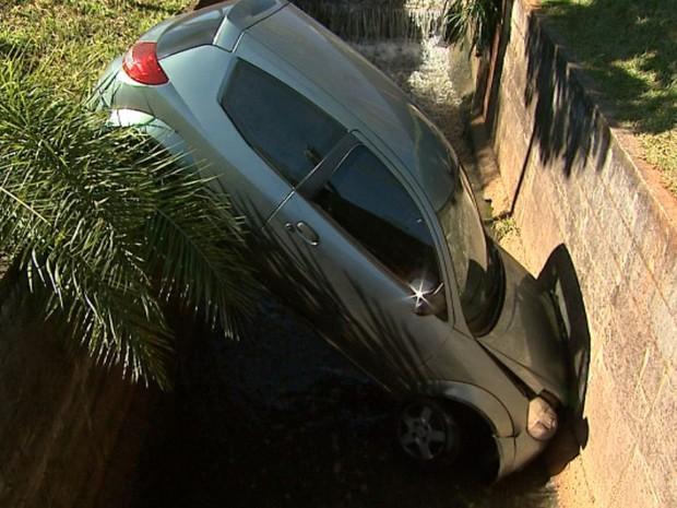 Mulher perde o controle do carro que dirigia e cai em córrego de Ribeirão Preto (Foto: Reprodução/EPTV)