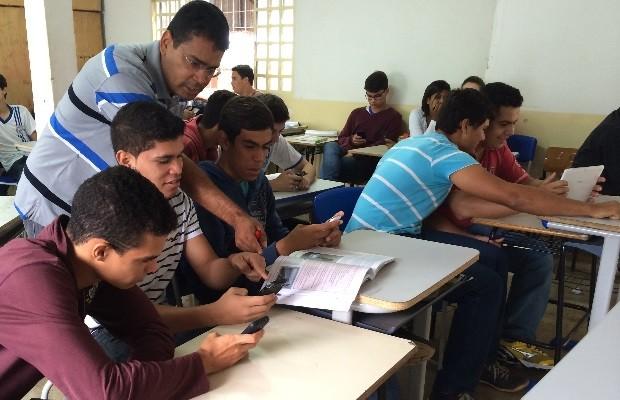 Pelo celular, alunos aprendem filosofia no Colégio Estadual Dr. Negreiros, em Nerópolis, Goiás (Foto: Paula Resende/ G1)