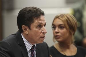 Lindsay Lohan e Mark Heller, seu advogado (Foto: David McNew/Pool/ Agência Reuters)