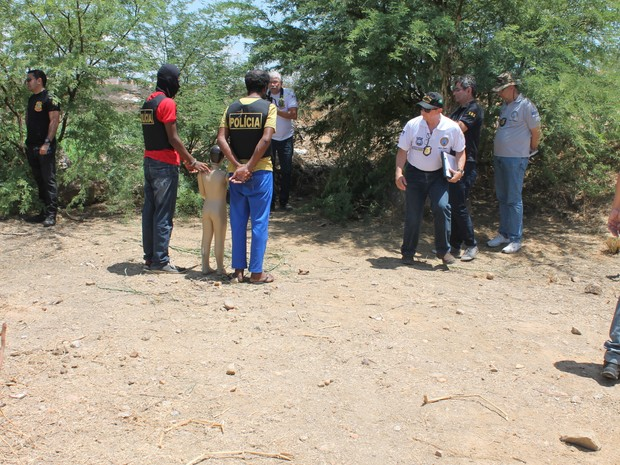 Envolvidos foram levados para o local onde aconteceu o crime (Foto: Amanda Franco/G1)
