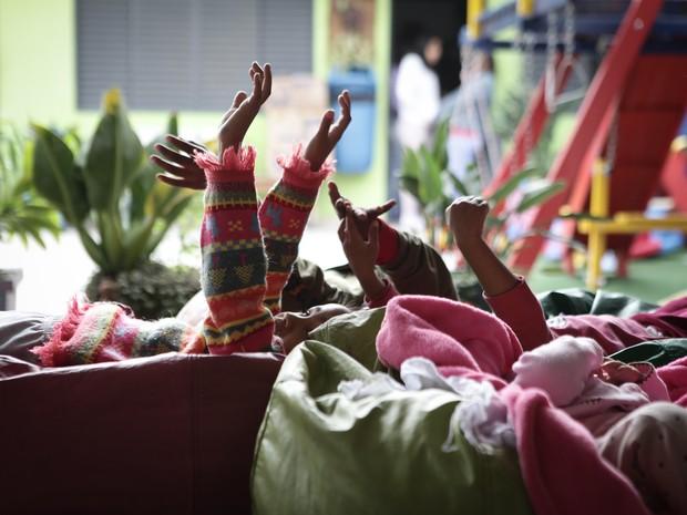 Crianças brincam em abrigo da Zona Sul de SP (Foto: Caio Kenji/G1)
