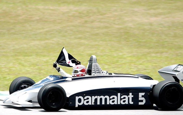 Nelson Piquet passeia com a Brabham durante homenagem no GP do Brasil (Foto: Reuters)