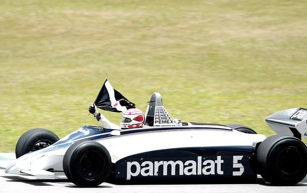 Nelson Piquet passeia com a Brabham durante homenagem no GP do Brasil (Foto: Reuters)