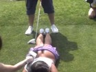 Modelo fica ferida após DJ lançar bola de golfe colocada em seu bumbum