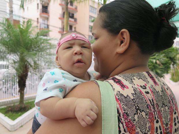 Jaqueline leva a filha Laura para receber tratamento em Santos (Foto: Mariane Rossi/G1)