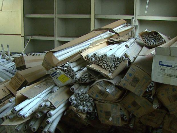 Lâmpadas foram encontradas em escola desativada de São Carlos (Foto: Reprodução / EPTV)