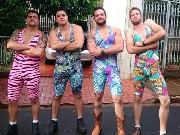 Amigos trocam estilo peão por musa fitness para curtir festival sertanejo 648e89d286a