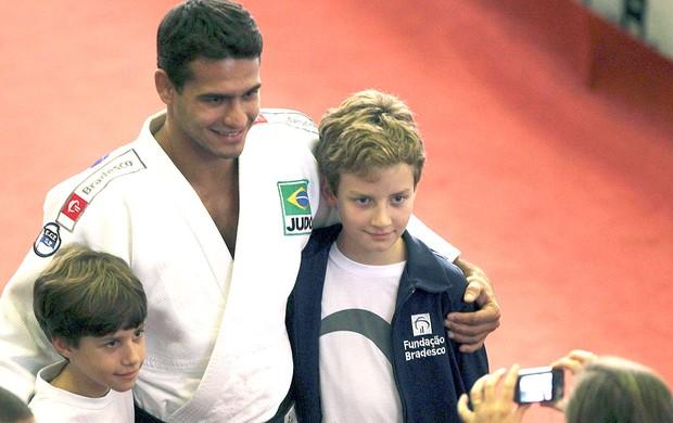 Leandro Guilheiro posa com crianças durante apresentação de judô (Foto: Reuters)