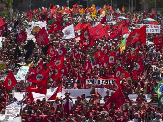 Manifestantes favoráveis ao governo protestam nas proximidades da Esplanada dos Ministérios, em Brasília (Foto: AP / Felipe Dana)