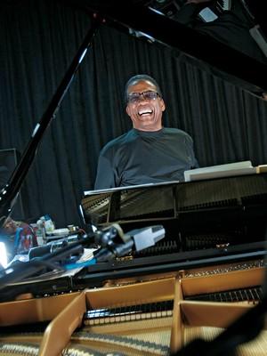 INOVADOR Herbie Hancock no seu estúdio de Los Angeles, em 2010. Para ele, o jazz mais inventivo é feito fora dos Estados Unidos (Foto: Allen J. Schaben/Los Angeles Times/Contour by Getty Images)
