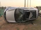 Dois carros capotam após colisão na Av. Paralela; duas pessoas se feriram