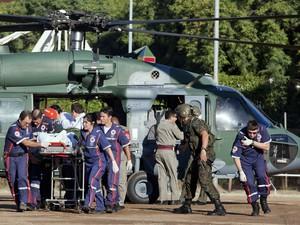 Vítima do incêndio na boate Kiss chega a Porto Alegre de helicóptero para receber tratamento neste domingo (27) (Foto: Camila Domingues/Reuters)