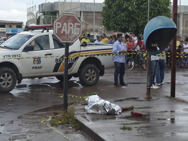 Suspeito foi morto em esquina do bairro Novo Buritizal, em Macapá (Foto: John Pacheco/G1)