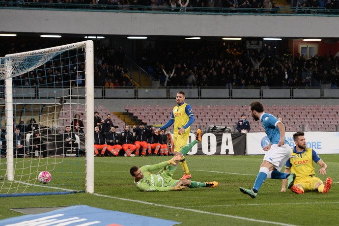 Higuaín faz gol Napoli x Chievo (Foto  EFE EPA CIRO FUSCO) 523fe38174dff