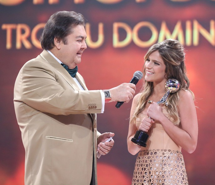 Isabella Santoni conversa com Faustão no palco do Domingão (Foto: Carol Caminha / Gshow)