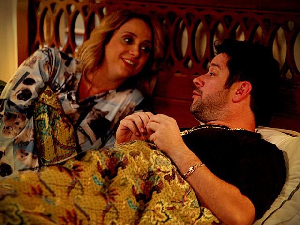 Cumplicidade entre irmãos. Ivana e Tufão conversam e dormem juntos! (Foto: Avenida Brasil / TV Globo)