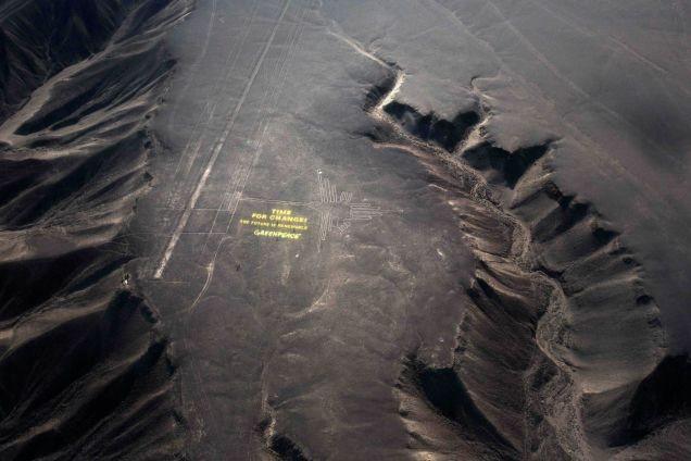 Imagem mostra ação do Greenpeace vista do alto  (Foto: Reprodução/AP)