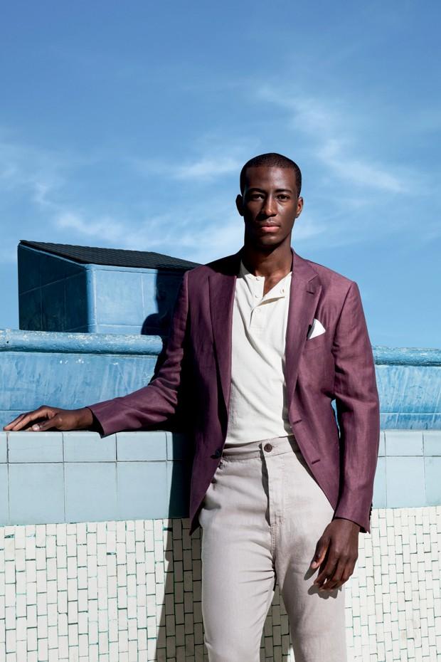 Blazer com lenço de bolso Ermenegildo Zegna R$ 8.885 | Camiseta Etiqueta Negra R$ 180 | Calça Triton R$ 428 (Foto: Franco Amendola)