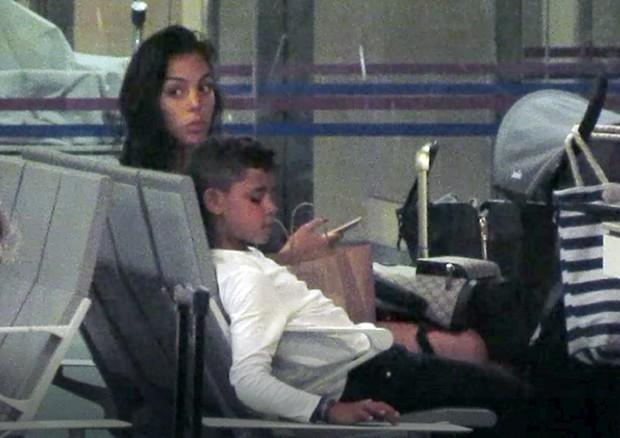 Georgina Rodriguez cuidando de filho de Cristiano Ronaldo (Foto: The Grosby Group)