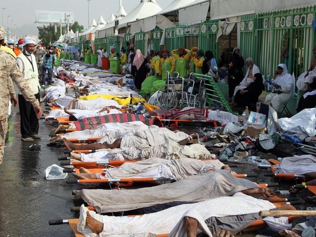 Serviços de emergência da Arábia Saudita organiza a retirada dos corpos de vítimas de tumulto em peregrinação à Meca.  (Foto: AFP)