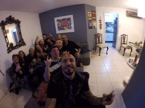 Ex-BBB Fernando Medeiros com amigos (Foto: Twitter/ Reprodução)