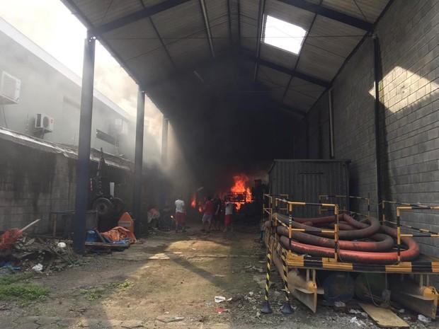 Incêndio atingiu armazém em Santos, SP (Foto: Nelson Guerrero / Arquivo Pessoal)