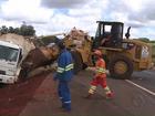 Após batida, caminhão tomba em funcionários de empresa de pedágio