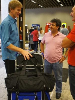 Amauri Knevitz é recebido no aeroporto pelos dirigentes do Rio Branco-PR (Foto: Divulgação / Facebook Rio Branco-PR)