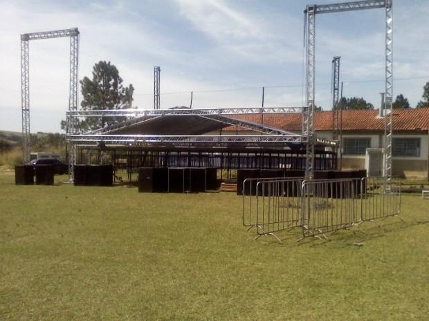 Estrutura para a celebração de aniversário da associação foi montada neste sábado (31) (Foto: Carlos Alberto Soares/ TV TEM)
