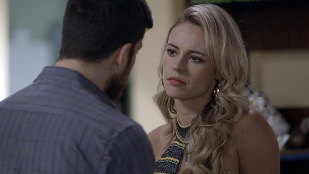 Zeca tenta se explicar, mas a policial confessa que não gostou de vê-lo junto a Ritinha (Foto: TV Globo)