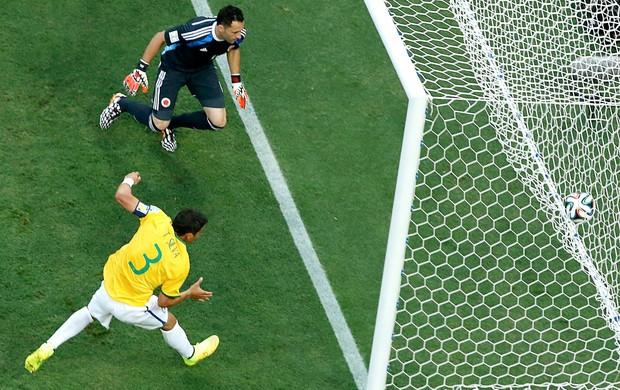 Thiago Silva gol jogo Brasil x Colômbia (Foto: Reuters)
