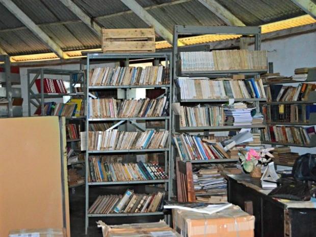 Acervo literário da única biblioteca de Guajará-Mirim está abandonado (Foto: Rosiane Vargas/G1)