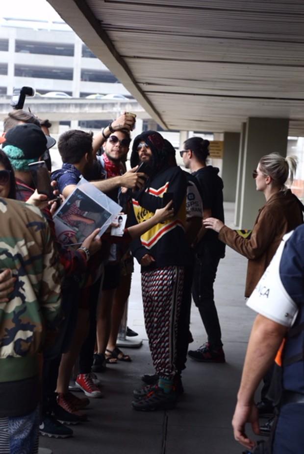 Jared Leto atende fãs no aeroporto no Rio (Foto: André Freitas e Gabriel Reis/AgNews)