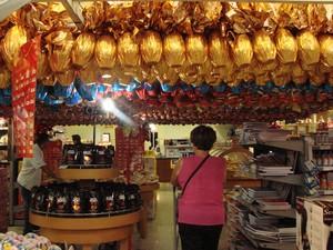 Clientes começam a pesquisar preços de chocolates em supermercados (Foto: Débora Carvalho/G1)