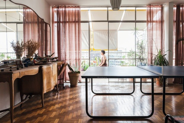 Lucia Lou,em apartamento no centro de Belo Horizonte (Foto: Lufe Gomes / Editora Globo)