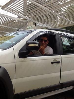 Taxistas de São Paulo aderem à limpeza a seco e usam 1 copo d'água para lavar carro