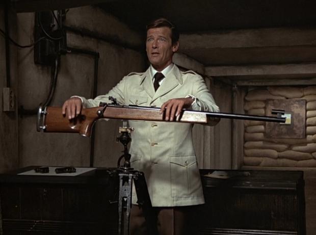 Roger Moore usando saharienne em '007 contra o Foguete da Morte' (Foto:  Reprodução/Youtube)