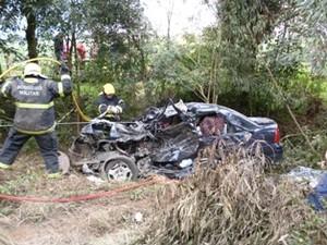 Colisão frontal resultou na morte dos ocupantes do carro (Foto: Corpo de Bombeiros/Divulgação)