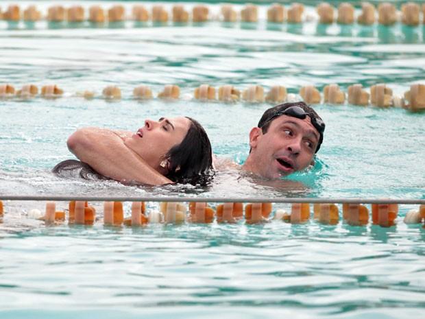 Gustavo é obrigado a rebocar a pobre periguete, que não sabe nadar (Foto: Amor à Vida/TV Globo)