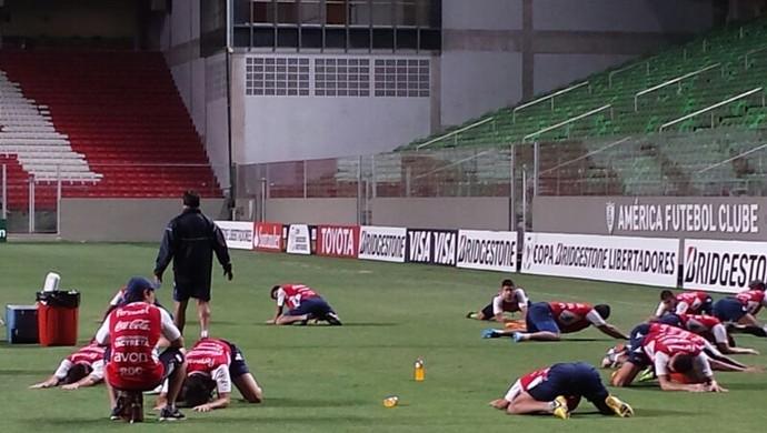 Jogadores do Nacional-PAR treinam no Independência (Foto: Léo Simonini)