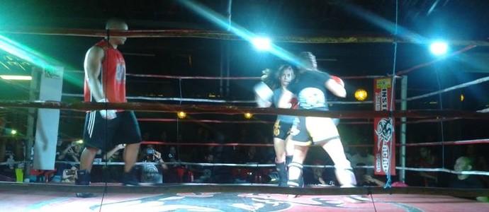 Luta feminina de muay thai no 3º MMA Arena Instigação, em Campina Grande (Foto: João Brandão Neto / GloboEsporte.com/pb)