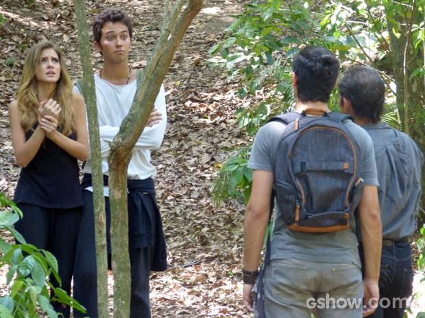 Ben não acredita na presença de Antônio por ali e Sofia faz drama com o machucado (Foto: Malhação / TV Globo)