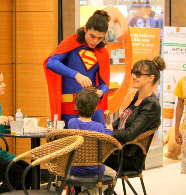 Letícia Birkheuer e João Guilherme se divertem com Super-Homem (Foto: AgNews)