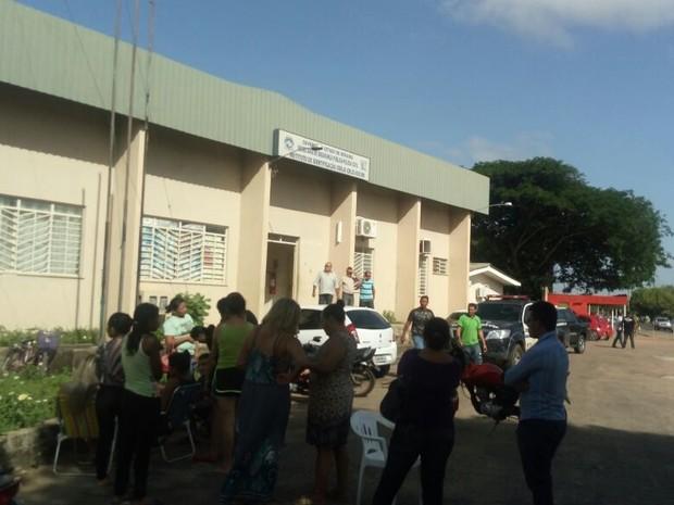 Familiares também aguardam no IML por informações de detentos mortos (Foto: Marcelo Marques/G1 RR)