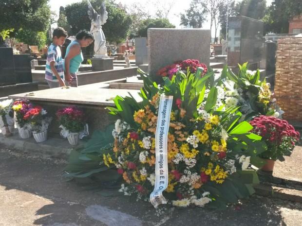 Grávida de 7 meses morta pela mãe é enterrada no Cemitério da Saudade, em Ribeirão Preto, SP (Foto: Adriano Oliveira/G1)