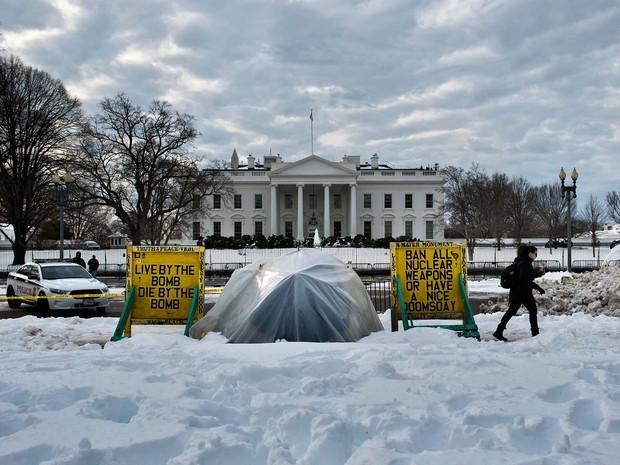 Cabana em que ficava a ativista Concepcion Picciotto é vista nesta terça-feira (26) no Lafayette Park em frente à Casa Branca, em Washington (Foto: BRENDAN SMIALOWSKI / AFP)