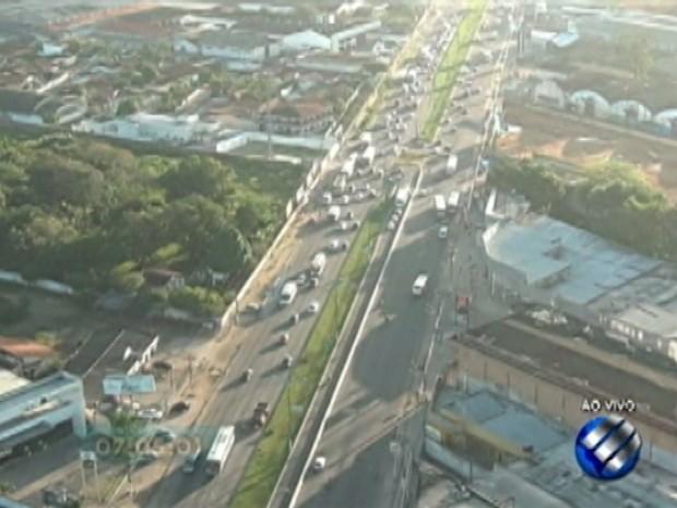 Tráfego está intenso na BR-316 sentindo saída de Belém, segundo PRF (Foto: Reprodução/TV Liberal)