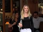 Sorridente, Fiorella Mattheis deixa restaurante após almoço
