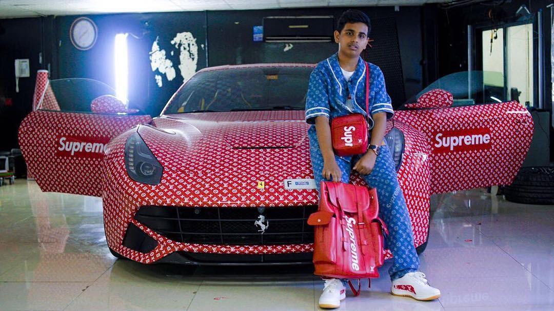 Rashed Saif Belhasa, o jovem bilionário de 15 anos, posa ao lado de sua Ferrari Supreme (Foto: Reprodução/Instagram)