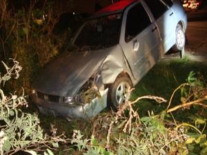 Veículo que atingiu a moto acabou caindo em um barranco na BR-392 (Foto: Divulgação/PRF)